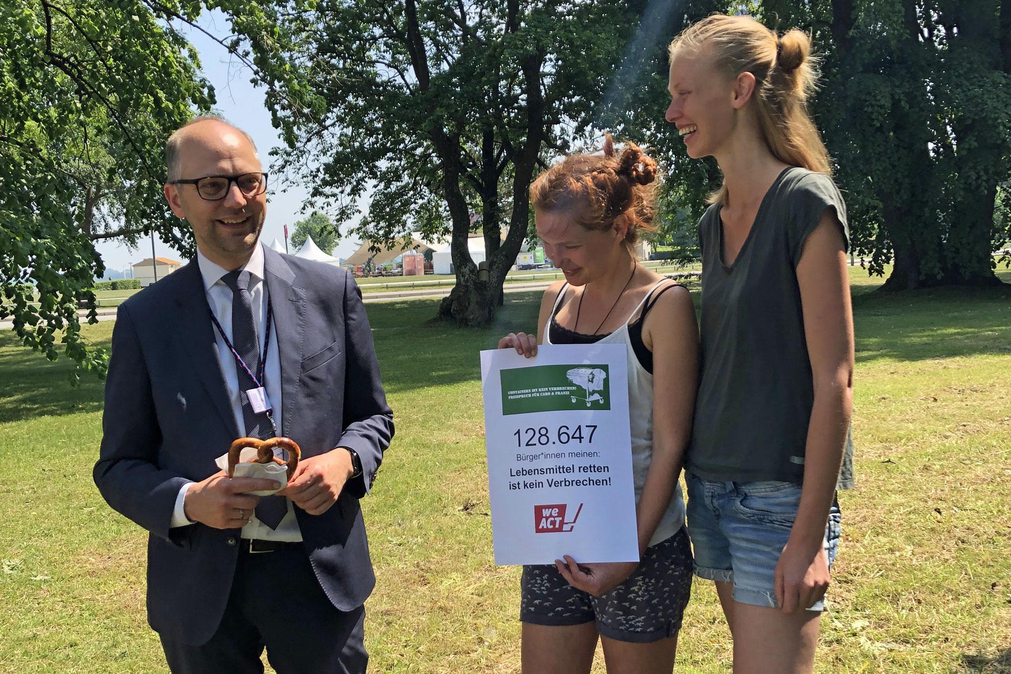 Caro und Franzi haben fast 130.000 Unterschriften für die Entkriminalisierung des Containerns gesammelt.